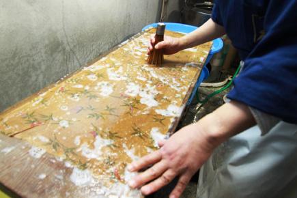 写真:洗い張り作業