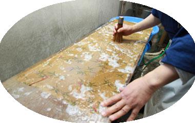 写真:洗い張り作業の様子